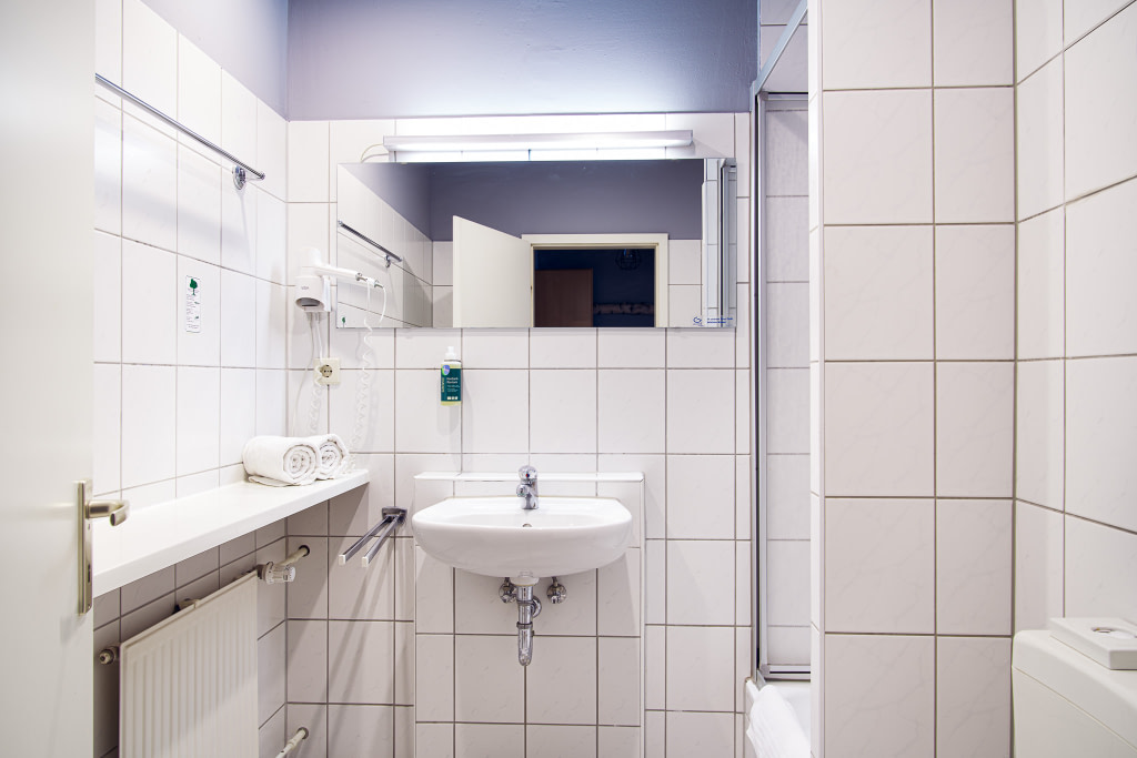 Bath room in the student's unit at WBS Coding Campus Berlin.